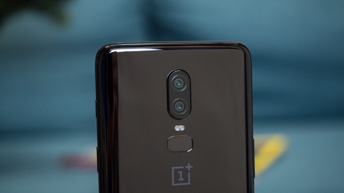 Under bright lights and with adaptive brightness enabled, the screen on the OnePlus 6 is flickering