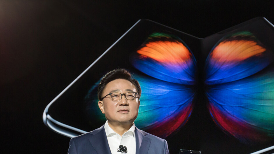 Executive with major smartphone manufacturer sees sluggish industry sales in 2019