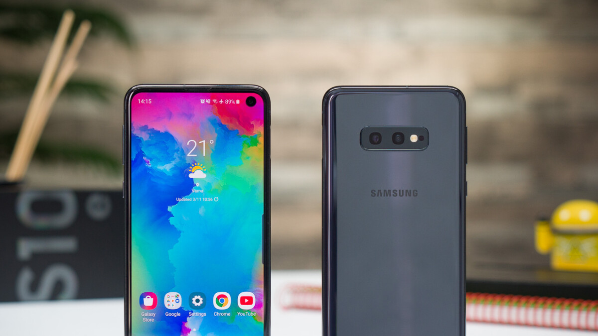 The unlocked Samsung Galaxy S10e and S10 128 GB come with free dual wireless charging pads at Microsoft