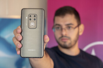 Motorola One Zoom has four cameras, huge battery and a freaking glowing logo (hands-on)