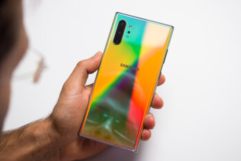 How did Samsung make the Aura Glow color of the Galaxy Note 10?