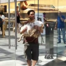 Comedian proves that getting kicked out of an Apple Store is not an easy task