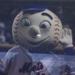 Motorola DROID Bionic makes appearance in ads at Mets game