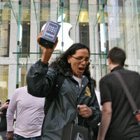 Users crave the new iPhone 4S, break contracts and pay ETFs to get one