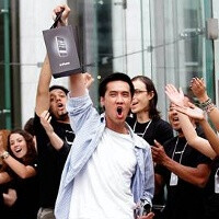 9 out of 10 iPhone buyers choosing the 4S
