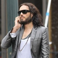 "Russel Brand throws paparazzi's iPhone out the window: ""a tribute"" to Steve Jobs"