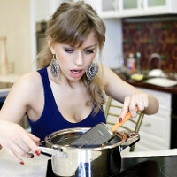 Russian girl cooks a Galaxy Nexus to get back at her boyfriend, sexy destruction pics ensue