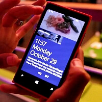 Watch the Nokia Lumia 920 lock screen get real-time updates from the Facebook Live App in WP8