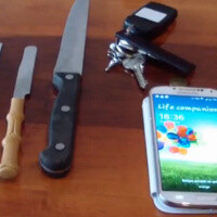Samsung Galaxy S4's Gorilla Glass 3 goes against a set of knives in scratch test