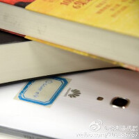 New snaps of the 6.1-inch Huawei Ascend Mate 2 phablet suggest a brushed metal frame