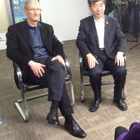 Apple CEO Tim Cook gives China Mobile's chairman a gold Apple iPhone 5s
