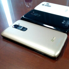 Here are the first live pics of the LG G2 gold edition