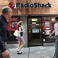 Radio Shack reports larger Q4 loss due to weakness in phone and tablet sales; 1100 stores to close