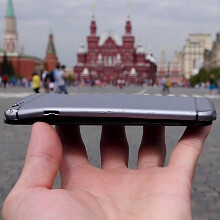 Russians do a drop test with iPhone 6 prototype on Red Square, like that's a thing (videо)