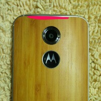 New Moto X+1 images show the handset's display, wooden back