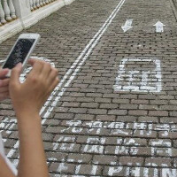 China copies National Geographic, divides a sidewalk in half for cellphone users