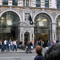 Survey in U.K. of those waiting on line, shows large preference for the Apple iPhone 6 Plus