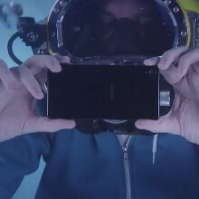 Sony Xperia Z3 underwater unboxing results in deep blue selfie