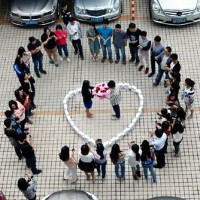 Chinese programmer proposes to girlfriend with 99 iPhones, gets to keep them