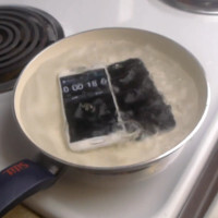 Samsung Galaxy S6 vs iPhone 6... in a boiling hot water test?