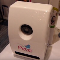 Use your smartphone to give your pet treats with Petzi