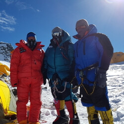 Explorer climbs Everest, takes photos and immersive video with Samsung's Galaxy S7 and Gear 360
