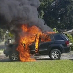 Fire Rescue team on Note 7 setting ablaze the Jeep in Florida: the cause is 'undetermined'