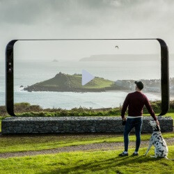 This giant Galaxy S8 appeared in England out of nowhere!