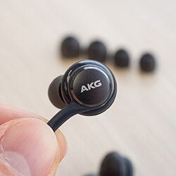 Taking a closer look at the Galaxy S8's AKG earphones
