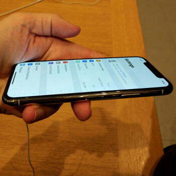 Apple: OLED tech is to blame for the iPhone X display looking blueish when tilted