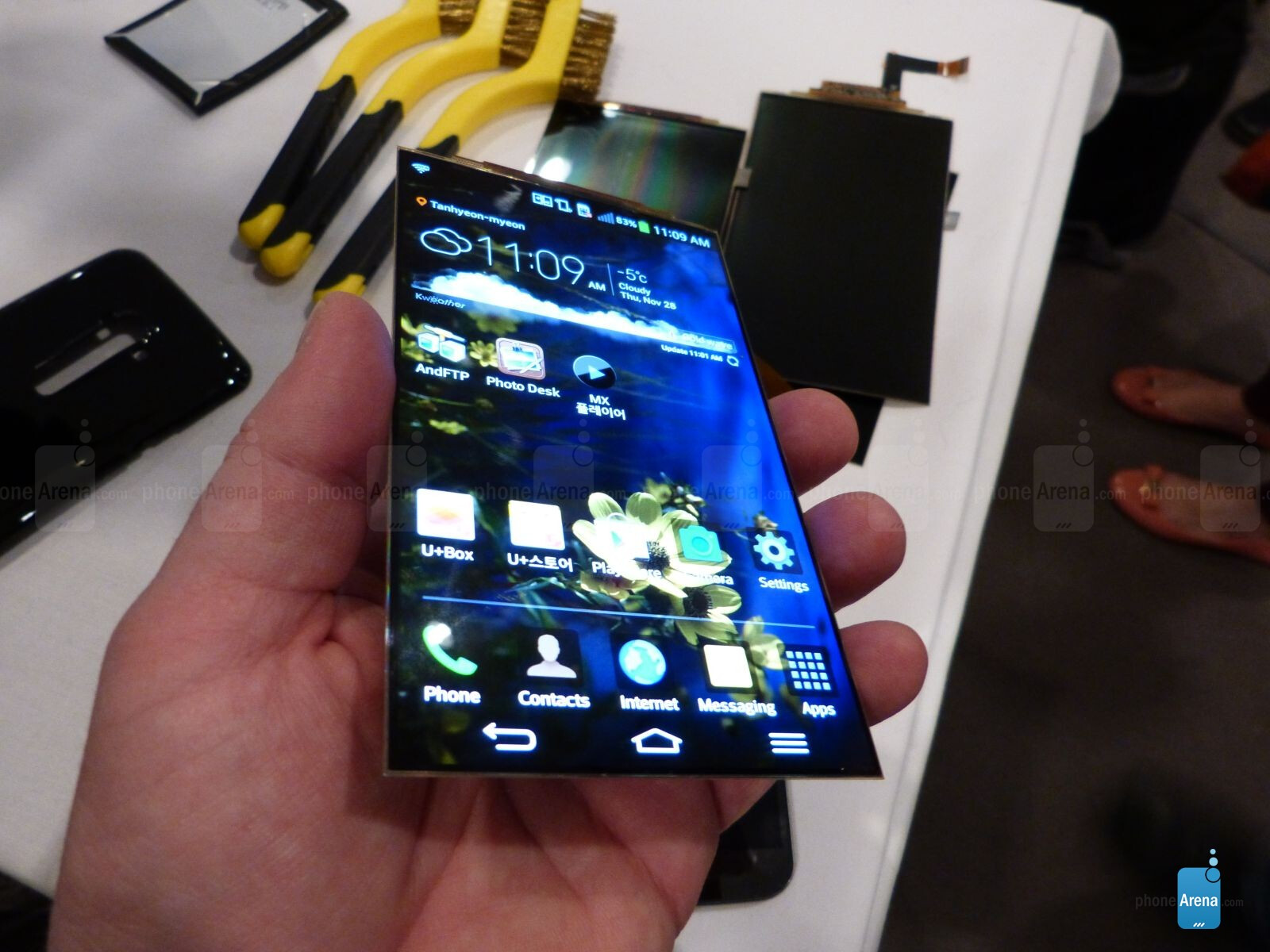 Here is a closer look at the flexible display, battery and ...