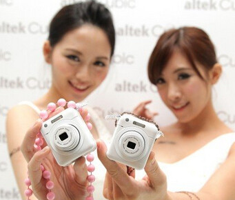 The altek Cubic is now available - Smartphone attachable camera available from Altek