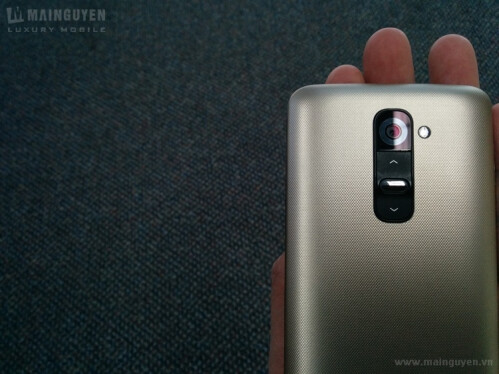 Here are the first live pics of LG G2 gold edition