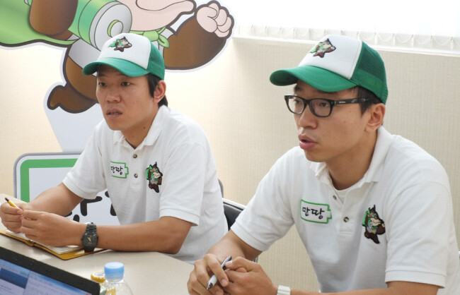 Choi Hyuk-jae (left) and his younger brother Hyuk-jun are the founders of MycooN Corp., the world's first smartphone battery sharing firm. - Smartphone battery swap service takes off in Korea, easing range anxiety