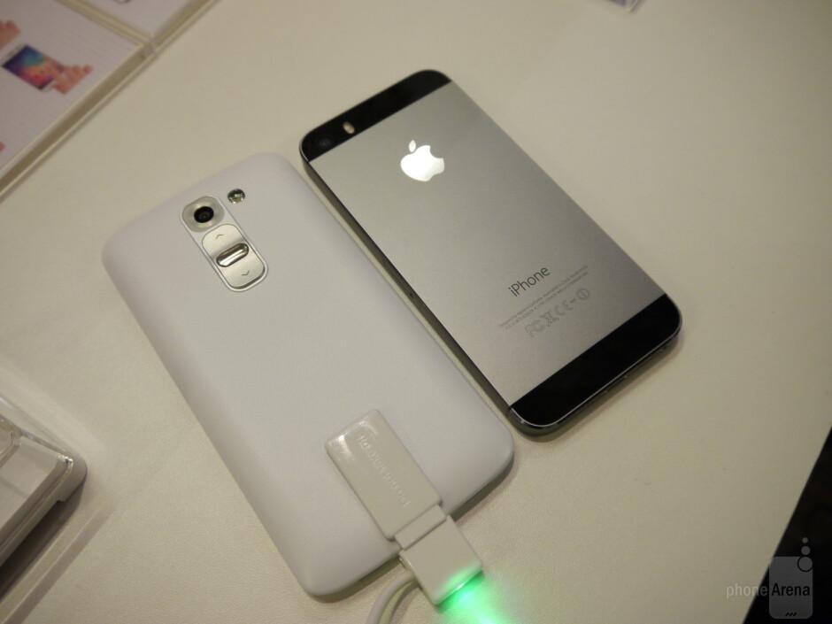 LG G2 mini vs Apple iPhone 5s: first look