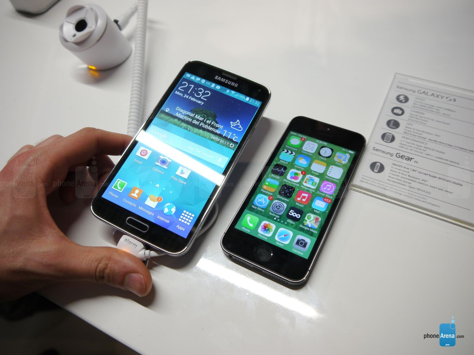 iphone 5 vs galaxy s5 samsung galaxy s5 vs iphone 5s look 8889