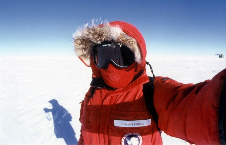 Arctic researcher and smartphone user Ignacio Taboada taking a selfie - Carriers in Antarctica launch the Samsung Galaxy S5 ahead of schedule