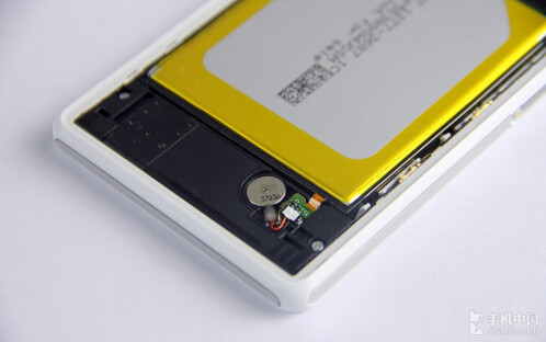 Sony Xperia Z2 gets disassembled