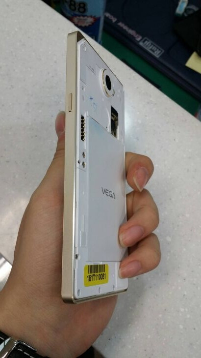 Pantech Vega Iron 2 in white