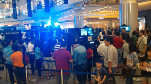 Lines form in Jakarta to purchase the BlackBerry Z3