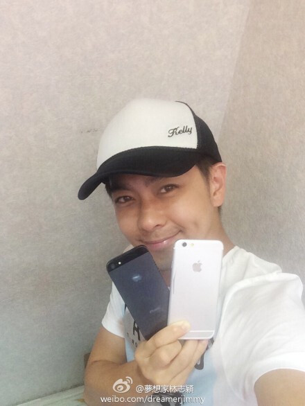 Taiwanese star Jimmy Lin with alleged iPhone 6 dummy