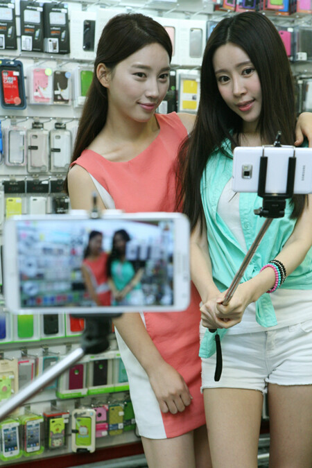 Did you know about the existence of selfie sticks for smartphones?