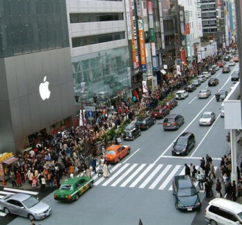 Long line outside the Ginza Apple Store in Japan