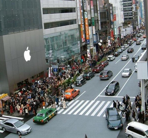 Long line outside the Ginza Apple Store in Japan - Survey in U.K. of those waiting on line, shows large preference for the Apple iPhone 6 Plus