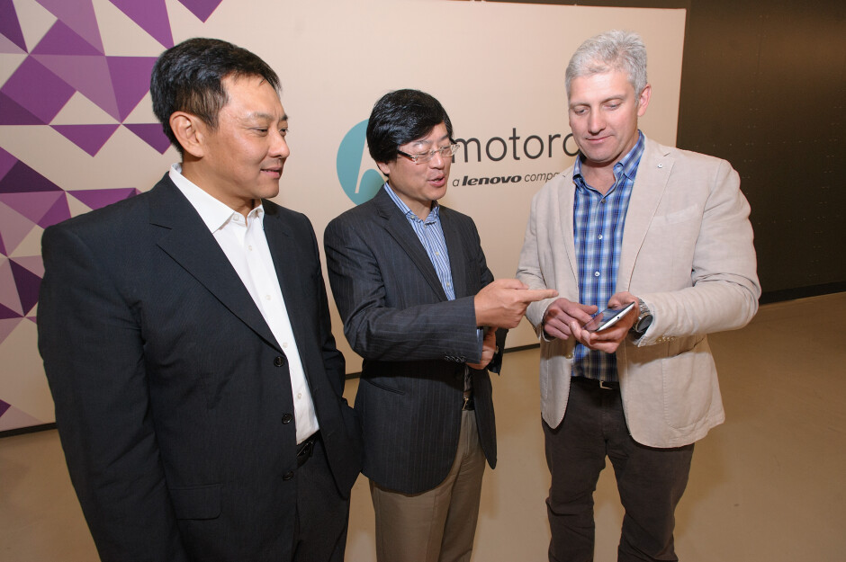 Liu Jun, president of Lenovo, Yang Yuanqing, Lenovo Chairman and CEO, and Rick Osterloh, President and COO of Motorola, announce the completion of the acquisition - It's official: Motorola and Lenovo finally tie the knot, the $2.9 billion deal with Google is complete at long last