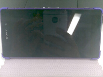 Reflection on screen allegedly reveals the back of the HTC One (M9