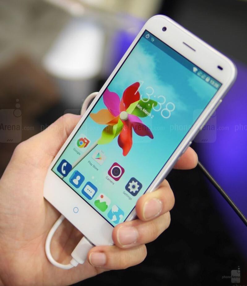 Zte Blade s6 vs Iphone 6 Zte Blade s6 Hands-on