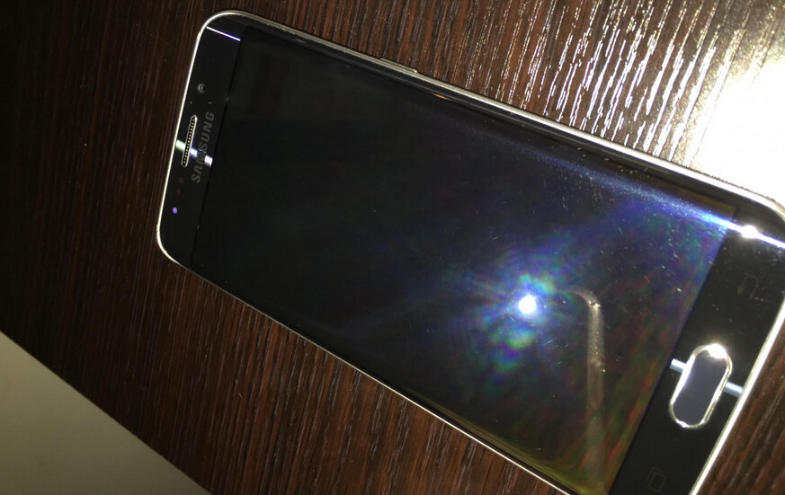 Galaxy S6 edge arrives with scratched display