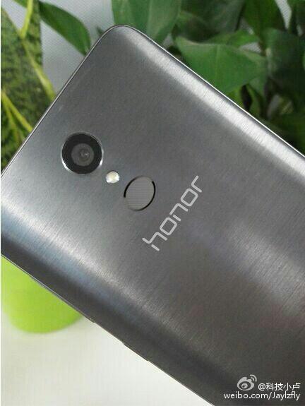 Picture of weird-looking Huawei Honor handset leaks, hints at sleek design