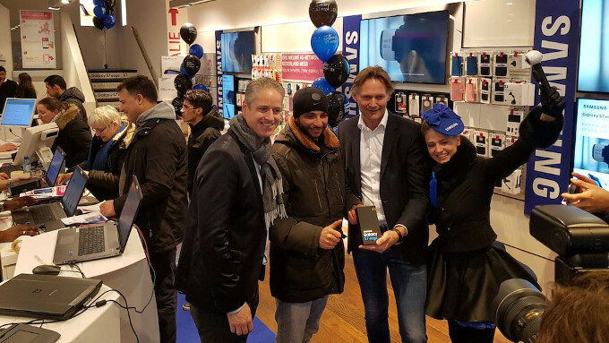 Samsung Galaxy S7 and S7 edge launch in Netherlands - Samsung's Galaxy S7 gets its own line in front of a Samsung store in Europe, sells 2.5 times more than its predecessors